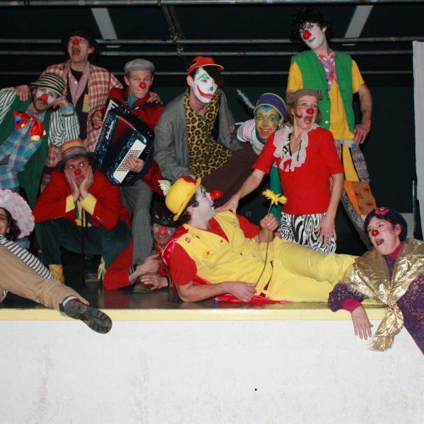 spectacle-clowns sur scène- pensée critique